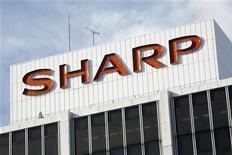 <p>Foto de archivo del logo de Sharp en el edificio de muestras de la firma en Tokio, ene 10 2009. Las estadounidenses Intel Corp y Qualcomm Inc están negociando una inversión conjunta de alrededor de 30.000 millones de yenes (378 millones de dólares) en la endeudada empresa japonesa de artículos electrónicos Sharp Corp, dijeron el miércoles dos fuentes cercanas al asunto. REUTERS/Stringer</p>