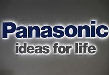 <p>Foto de archivo del logo de Panasonic en un salón de muestras en Tokio, nov 1 2012. Cerca de un quinto de los 88 negocios de Panasonic Corp están perdiendo dinero y sólo la mitad ha cumplido hasta ahora el objetivo de lograr un margen operativo de un 5 por ciento, dijo el jefe financiero del grupo electrónico japonés en una entrevista el miércoles. REUTERS/Yuriko Nakao</p>