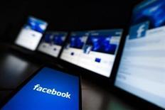 <p>Foto de archivo de la pantalla de inicio del sitio Facebook visto en un teléfono móvil en Lavigny, Suiza, mayo 16 2012. Las acciones de Facebook subieron un 11,2 por ciento en las operaciones de la mañana del miércoles, pese a que expiró una restricción a las ventas para el mayor bloque de títulos en manos de personas pertenecientes a la empresa, que regía desde el debut en bolsa de la firma. REUTERS/Valentin Flauraud</p>