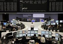 <p>Les Bourses européennes restent orientées en légère baisse jeudi à mi-séance, alors qu'un petit rebond est attendu à Wall Street, encore fragilisées par les inquiétudes sur la croissance, les craintes d'une impasse budgétaire aux Etats-Unis et les tensions autour de l'aide à la Grèce. À Paris, le CAC 40 cède 0,11% à 3.396,21 points vers 11h45 GMT. À Francfort, le Dax perd 0,5% et à Londres, le FTSE 0,35%. /Photo prise le 15 novembre 2012/REUTERS/Remote/Marthe Kiessling</p>