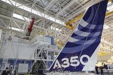 """<p>Alexandre de Juniac, le PDG de la compagnie aérienne Air France, estime qu'il serait """"raisonnable"""" de conclure au premier semestre 2013 les discussions avec Rolls-Royce sur la maintenance des moteurs des 25 A350 commandés à Airbus. /Photo prise le 23 octobre 2012/REUTERS/Jean-Philippe Arles</p>"""