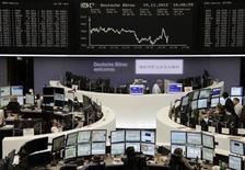<p>Un grupo de operadores en sus puestos de trabajo en el parqué de Fráncfort, Alemania, nov 15 2012. La crisis de deuda arrastró a la zona euro a su segunda recesión desde el 2009, pese a los moderados crecimientos en Alemania y Francia, mostraron el jueves cifras oficiales. REUTERS/Remote/Marte Kiessling</p>