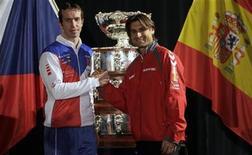 <p>El tenista checo Radek Stepanek (a la izquierda en la imagen) junto a su colega español David Ferrer tras el sorteo de Copa Davis en Praga, nov 15 2012. El tenista David Ferrer, número cinco del mundo, será el viernes el encargado de iniciar el intento del equipo español de conquistar su cuarto título de Copa Davis en cinco años frente al checo Radek Stepanek. REUTERS/David W Cerny</p>