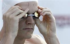 <p>Le champion olympique du 200m nage libre Yannick Agnel a battu le record du monde du 400m nage libre en petit bassin aux championnats de France qui ont débuté à Angers. /Photo prise le 6 juillet 2012/REUTERS/Régis Duvignau</p>