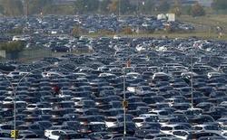<p>Les immatriculations de voitures neuves en Europe ont encore baissé en octobre, accusant ainsi leur treizième mois de repli d'affilée. Renault et General Motors sont les deux constructeurs généralistes qui ont le plus souffert, selon les chiffres publiés vendredi par l'Association des constructeurs européens d'automobiles. /Photo prise le 24 octobre 2012/REUTERS/Laurent Dubrule</p>
