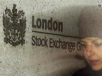 <p>London Stock Exchange a fait état d'une bénéfice peu changé sur le premier semestre de son exercice 2012-2013, une hausse des revenus tirés de la division compensation de l'opérateur de la Bourse de Londres ayant compensé l'impact d'une baisse de l'activité boursière. /Photo d'archives/REUTERS/Luke MacGregor</p>