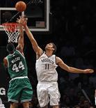 <p>Duel entre Brook Lopez des Brooklyn Nets et Chris Wilcox des Boston Celtics. La franchise de Brooklyn a battu jeudi soir sur le fil celle de Boston 102 à 97 en NBA, tandis que les New York Knicks ont poursuivi leur excellent début de saison en enchaînant une sixième victoire consécutive. /Photo prise le 15 novembre 2012/REUTERS/Adam Hunger</p>