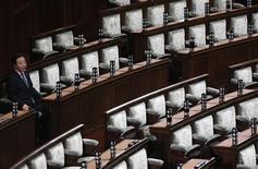<p>Le Premier ministre japonais Yoshihiko Noda au Parlement à Tokyo. Le Japon a dissous vendredi la chambre basse du Parlement en vue des élections législatives du 16 décembre qui devraient voir le retour au pouvoir du Parti libéral-démocrate (PLD, droite). /Photo prise le 16 décembre 2012/REUTERS/Kim Kyung-Hoon</p>