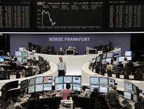 <p>Les Bourses européennes sont en repli pour la troisième séance d'affilée vendredi à mi-séance, le contexte économique morose, l'incertitude sur les discussions budgétaires et fiscales aux Etats-Unis et les tensions au Moyen-Orient empêchant tout rebond. L'indice EuroStoxx 50 cédait 0,53% vers 11h45 GMT et s'acheminait vers sa plus mauvaise performance hebdomadaire depuis fin septembre. Au même moment, le CAC 40 à Paris reculait de 0,31%, le Dax à Francfort de 0,61% et le FTSE 100 à Londres de 0,56%. /Photo prise le 16 novembre 2012/REUTERS/Remote/Lizza David</p>