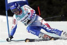 <p>Jean-Baptiste Grange, encore trop juste physiquement, ne participera pas au géant de Beaver Creek le 2 décembre et rechaussera officiellement les skis le week-end suivant, à Val d'Isère. /Photo prise le 26 février 2012/REUTERS/Denis Balibouse</p>