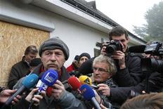 """<p>José Bové devant une maison rachetée par Vinci à Grandschamps-des-Fontaines, dans la perspective de l'implantation du futur aéroport de Notre-Dame-des-Landes. Une vingtaine d'élus et parlementaires d'Europe Écologie-Les Verts (EELV), du MoDem et du Parti de gauche ont symboliquement rouvert vendredi une maison murée, les écologistes jugeant que le maintien de cet équipement tient de """"l'obstination"""" de Jean-Marc Ayrault, actuel Premier ministre et ancien député-maire de Nantes, partisan du projet. /Photo prise le 16 novembre 2012/REUTERS/Stéphane Mahé</p>"""