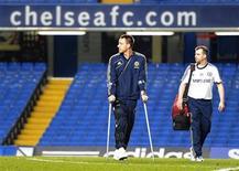 <p>Le capitaine de Chelsea, John Terry, blessé au genou le week-end dernier lors d'un choc spectaculaire avec l'attaquant de Liverpool Luis Suarez, sera absent environ trois semaines, a fait savoir vendredi son entraîneur, Roberto Di Matteo. /Photo prise le 11 novembre 2012/REUTERS/Russell Cheyne</p>