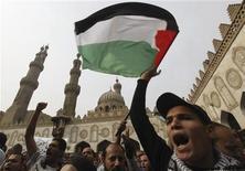 """<p>Un grupo de manifestantes realizan una protesta en contra de los ataques aéreos de Israel en la Franja de Gaza tras las prédicas del viernes en la mezquita Al Azhar en El Cairo, nov 16 2012. Miles de personas se congregaron el viernes en varias ciudades de Egipto para protestar contra los ataques aéreos de Israel en la Franja de Gaza, después de que el presidente egipcio prometiera apoyar al pueblo del enclave palestino frente a """"una flagrante agresión"""". REUTERS/Amr Abdallah Dalsh</p>"""