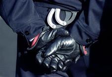 <p>Un gendarme soupçonné d'avoir tué une étudiante de 18 ans retrouvée morte en 1995 à Lille a été mis en examen pour homicide volontaire et placé en détention à Lille vendredi, dix-sept ans après les faits, a-t-on appris de source judiciaire. /Photo d'archives/REUTERS</p>