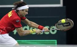 <p>David Ferrer a donné, vendredi à Prague, le premier point de la finale de la Coupe Davis à l'Espagne en battant le Tchèque Radek Stepanek qui évoluait pourtant devant son public, en trois sets 6-3 6-4 6-4. /Photo prise le 16 novembre 2012/REUTERS/David W Cerny</p>