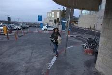 <p>Une Israélienne va se mettre à l'abri alors que retentit une sirène d'alerte à Jérusalem. Les militants palestiniens de la bande de Gaza ont poursuivi vendredi pour la troisième journée consécutive leurs tirs de roquettes sur l'Etat hébreu, visant notamment Jérusalem et Tel Aviv, sans faire de victimes. /Photo prise le 16 novembre 2012/REUTERS/Baz Ratner</p>