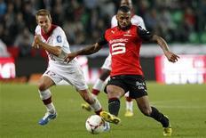 <p>Yann M'vila, qui a été suspendu de toute sélection nationale jusqu'au 30 juin 2014 pour une escapade nocturne avant un match de l'équipe de France Espoirs, fait appel de la sanction./Photo prise le 28 septembre 2012/REUTERS/Stéphane Mahé</p>