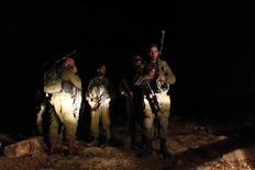 <p>Soldats de Tsahal en Cisjordanie à la recherche de roquettes tirées depuis la bande de Gaza. Le gouvernement israélien a autorisé vendredi l'armée à rappeler jusqu'à 75.000 réservistes. /Photo prise le 16 novembre 2012/REUTERS/Ammar Awad</p>