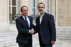 <p>François Hollande recevant le chef de l'opposition syrienne Ahmad Moaz al-Khatib à l'Elysée. L'opposition syrienne désignera un ambassadeur de la Syrie en France, a annoncé le président français, quatre jours après avoir reconnu la légitimité de la nouvelle coalition. /Photo prise le 17 novembre 2012/REUTERS/Benoît Tessier</p>