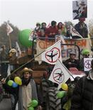 <p>Des milliers de personnes ont participé samedi à un grand rassemblement contre le projet d'aéroport de Nantes, à Notre-Dame-des-Landes (Loire-Atlantique). /Photo prise le 17 novembre 2012/REUTERS/Stéphane Mahé</p>