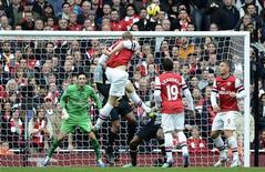 <p>Le but de la tête de Per Mertesacker contre Tottenham. Pour son deuxième match de la saison en Premier League, le gardien de l'équipe de France Hugo Lloris a souffert en encaissant samedi cinq buts lors du derby londonien remporté par Arsenal 5-2. /Photo prise le 17 novembre 2012/REUTERS/Dylan Martinez</p>