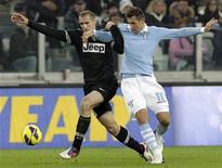 <p>Giorgio Chiellini (à gauche) de la Juve à la lutte avec Miroslav Klose de la Lazio. La Juventus Turin a concédé le match nul à domicile 0-0, samedi, face à la Lazio Rome mais le leader de la Serie A, détient toujours une confortable avance sur ses poursuivants. /Photo prise le 17 novembre 2012/REUTERS/Alessandro Garofalo</p>