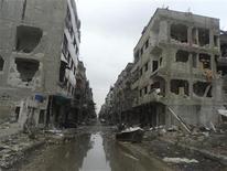 <p>Foto de archivo de edificios dañados tras bombardeos de fuerzas leales al presidente sirio Bashar al-Assad en la localidad de Douma, cerca de Damasco. 19 de noviembre, 2012. Aviones de combate sirios bombardearon el miércoles un suburbio de Damasco, dijeron activistas de oposición, mientras se intensifican los combates por segundo día consecutivo en las afueras de la ciudad, desafiando el control del presidente Bashar al-Assad sobre la capital. REUTERS/Abed Al-Kareem Muhammad/Shaam News Network/Handout. SOLO PARA USO EDITORIAL. PROHIBIDA SU VENTA PARA CAMPAÑAS DE MARKETING O PUBLICIDAD. Esta imagen fue entregada por un tercero y es distribuida, exactamente como fue recibida por Reuters, como un servicio para clientes.</p>