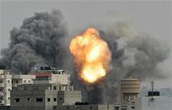 <p>Humo y una explosión durante ataques aéreos israelíes de los que fue testigo un fotógrafo de Reuters en Gaza. 21 de noviembre, 2012. Israel y el grupo islamista Hamas acordaron el miércoles un cese al fuego mediado por Egipto, casi al final de la octava jornada de intensos ataques israelíes contra la Franja de Gaza y disparos de cohetes desde el enclave palestino que han causado decenas de víctimas desde la semana pasada, anunció El Cairo. REUTERS/Ahmed Jadallah</p>