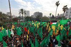 <p>Palestinos celebran lo que consideran una victoria sobre Israel tras ocho días de conflicto durante una marcha en la ciudad de Gaza. 22 noviembre, 2012. La tregua entre Israel y el movimiento islamista Hamas se mantenía el jueves mientras en Gaza los residentes celebraban por lo consideraban como una victoria para los palestinos, pese a que ambos bandos dicen que están preparados para apretar el gatillo en cualquier momento. REUTERS/Mohammed Salem</p>
