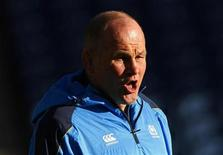<p>Andy Robinson a démissionné de son poste d'entraîneur de l'équipe d'Ecosse de rugby après l'humiliante défaite 21-15 subie à domicile samedi face aux Tonga, qui constitue l'ultime revers d'une série de mauvais résultats. /Photo prise le 10 novembre 2012/REUTERS/David Moir</p>