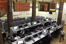 """<p>Dimanche, la Bourse du Caire a plongé de près de dix pour cent au premier jour de sa réouverture après la publication, jeudi soir, du décret Morsi qui a pris les Egyptiens par surprise. Jamais les valeurs n'avaient accusé une telle baisse depuis la """"révolution du Nil"""" qui a abouti en février 2011 à la chute d'Hosni Moubarak. /Photo prise le 25 novembre 2012/REUTERS/Asmaa Waguih</p>"""