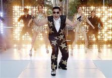 """<p>Avec 809 millions de connexions, le clip """"Gangnam Style"""" du rappeur sud-coréen Psy est devenu samedi la vidéo la plus visionnée sur YouTube. /Photo prise le 17 octobre 2012/REUTERS/Tim Wimborne</p>"""