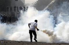 """<p>Affrontements entre manifestants et policiers anti-émeutes au Caire, dimanche. Le président égyptien Mohamed Morsi a fait dimanche un geste en direction de ses adversaires en se disant prêt à dialoguer avec """"l'ensemble des forces politiques"""" et en soulignant le caractère """"provisoire"""" du décret lui attribuant d'importants pouvoirs, un texte qui a a plongé le pays dans l'effervescence. /Photo prise le 25 novembre 2012/REUTERS/Mohamed Abd El Ghany</p>"""