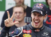 <p>Sebastian Vettel a décroché dimanche son troisième titre mondial consécutif, à l'issue du Grand Prix de Formule Un du Brésil. Le pilote allemand de l'écurie Red Bull est devenu à 25 ans le troisième homme à coiffer trois couronnes de rang, mais aussi le plus jeune, après l'Argentin Juan Manuel Fangio et un autre Allemand, Michael Schumacher. /Photo prise le 25 novembre 2012/REUTERS/Paulo Whitaker</p>