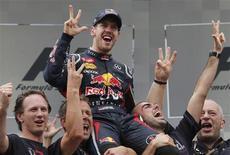 <p>L'Allemand Sebastian Vettel est devenu dimanche sur Red Bull le plus jeune triple champion du monde de Formule Un, à 25 ans, au terme d'un Grand Prix du Brésil riche en rebondissements et finalement remporté par le Britannique Jenson Button. /Photo prise le 25 novembre 2012/REUTERS/Sergio Moraes</p>