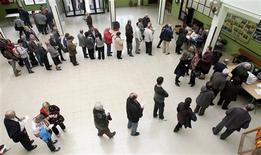<p>Dans un bureau de vote à Barcelone. Selon des résultats partiels, les quatre partis indépendantistes emportent la majorité absolue des sièges disputés lors des élections régionales anticipées qui ont eu lieu dimanche en Catalogne, mais le parti nationaliste au pouvoir devrait perdre des élus. /Photo prise le 25 novembre 2012/REUTERS/Albert Gea</p>
