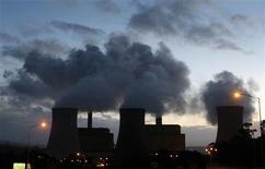<p>La conférence de Doha sur le changement climatique, qui s'ouvre lundi pour une durée de deux semaines, risque d'entériner la relégation des questions environnementales à l'arrière-plan des préoccupations des dirigeants de la planète. /Photo d'archives/REUTERS/Mick Tsikas</p>