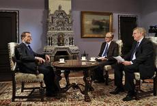 <p>Le Premier ministre russe Dmitri Medvedev (à gauche) a condamné le soutien de Paris à l'opposition syrienne et accusé l'Union européenne d'indécision face à la crise de la dette, dans une interview accordée avant sa visite en France, ce lundi. /Photo prise le 26 novembre 2012/REUTERS/Alexander Astafyev/RIA Novosti/Pool</p>