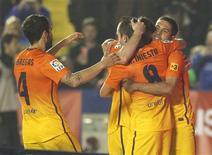 <p>Les joueurs barcelonais. Un doublé de Lionel Messi et deux autres buts signés Andres Iniesta et Cesc Fabregas ont permis dimanche au FC Barcelone d'étriller Levante 4-0. Le club catalan dispose désormais de onze points d'avance sur le Real Madrid, champion en titre. /Photo prise le 25 novembre 2012/REUTERS/Heino Kalis</p>
