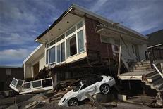 <p>Des dégâts occasionnés par le passage de l'ouragan Sandy à New York fin octobre. Swiss Re estime lundi que les conséquences de cette catastrophe sur la côte est des Etats-Unis vont lui coûter environ 900 millions de dollars (694 millions d'euros) avant impôts. /Photo prise le 14 novembre 2012/REUTERS/Shannon Stapleton</p>