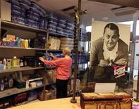 <p>Jean-Marc Ayrault a rendu visite lundi à un centre parisien des Restos du coeur en soutien à la 28e campagne de distribution annuelle de repas pendant la période hivernale qui a concerné l'an dernier quelque 870.000 personnes. Cette année, 63.000 bénévoles de l'association devraient distribuer au moins 115 millions de repas. /Photo prise le 26 novembre 2012/REUTERS/Eric Gaillard</p>
