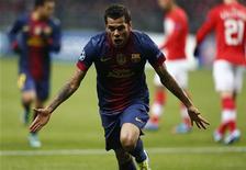 <p>Daniel Alvès, l'arrière latéral droit du FC Barcelone, sera écarté des terrains pour deux à trois semaines en raison d'une élongation. /Photo prise le 20 novembre 2012/REUTERS/Grigory Dukor</p>