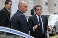 <p>Nicolas Sarkozy à Paris, après un déjeuner avec François Fillon. Après l'échec de la médiation d'Alain Juppé, l'ancien président a été appelé lundi à l'aide pour tenter d'apaiser la guerre entre Jean-François Copé et François Fillon pour la présidence d'un parti désormais menacé d'éclatement. /Photo prise le 26 novembre 2012/REUTERS/Benoit Tessier</p>