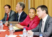 <p>Manuel Valls (à droite) aux côtés de Christiane Taubira, à Bastia, en Corse. La ministre de la Justice, qui était en Corse lundi en compagnie du ministre de l'Intérieur, a présenté lundi une série de directives pour relancer l'action de la justice dans l'île contre le grand banditisme. /Photo prise le 26 novembre 2012/REUTERS/Pierre Murati</p>