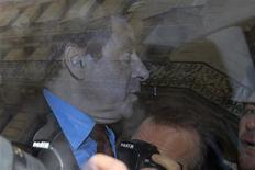 """<p>François Fillon, avant son déjeûner avec Nicolas Sarkozy, à Paris. L'ancien Premier ministre a dénoncé lundi un """"coup de force"""" de la commission des recours de l'UMP, qui a confirmé l'élection de Jean-François Copé à la présidence du principal parti d'opposition. Une décision qu'il juge illégale. /Photo prise le 26 novembre 2012/REUTERS/Gonzalo Fuentes</p>"""