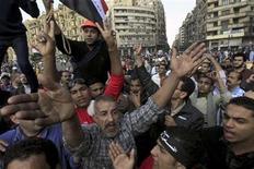 <p>Foto de archivo de manifestantes gritando consignas en contra del presidente egipcio Mohamed Mursi durante una protesta en la plaza Tahrir en El Cairo. 23 noviembre, 2012. El presidente egipcio, Mohamed Mursi, se reúne el lunes con magistrados de alto rango para tratar de paliar la crisis originada en torno al decreto con el que el mandatario busca ampliar su poder y que ha desatado violentas protestas que recuerdan la revolución que el año pasado lo llevó al Gobierno. EUTERS/Mohamed Abd El Ghany</p>