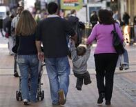 <p>La confiance des ménages s'est stabilisée en novembre, interrompant le mouvement de baisse constaté depuis juillet, pour se maintenir à son plus bas niveau depuis février. /Photo d'archives/REUTERS/Darren Staples</p>