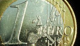 <p>L'OCDE a révisé en baisse mardi ses prévisions pour la croissance mondiale en 2013, soulignant que la crise de la zone euro continuait de peser sur les perspectives économiques globales en l'absence d'accord politique sur une solution durable à celle-ci. /Photo d'archives/REUTERS/Peter Macdiarmid</p>
