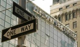 <p>Lehman Brothers Holdings va céder sa foncière Archstone à deux sociétés immobilières pour environ 6,5 milliards de dollars (5,02 milliards d'euros), tournant définitivement la page de son aventure immobilière qui a contribué à la chute de la banque. /Photo d'archives/REUTERS/Lucas Jackson</p>