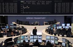 <p>Les Bourses européennes évoluaient en légère hausse mardi à mi-séance, soutenues par l'accord trouvé dans la nuit sur la dette grecque. À Francfort, le Dax prenait 0,59% vers 12h10 GMT et à Londres, le FTSE 0,48%. À Paris, le CAC 40 avançait de 0,42%/Photo prise le 27 novembre 2012/REUTERS/Remote/Marte Kiessling</p>